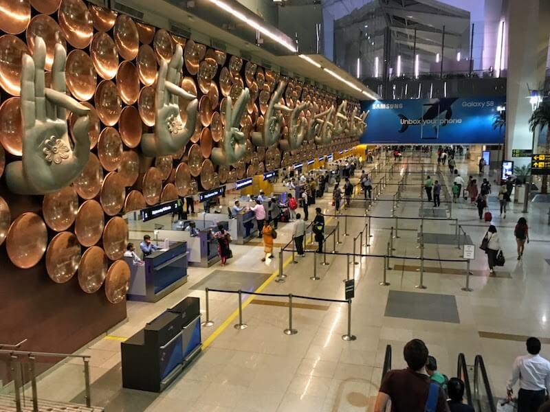 デリー・インディラ・ガンディー国際空港の入国審査と移動前に空港内 ...